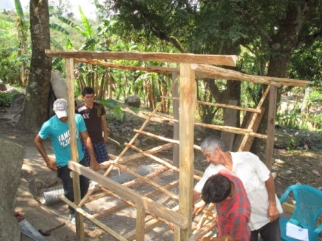 The first chicken coop in Aqua Zarca is being built by a farmer from El Cablotal, Antonio Gamez. These coops protect the hens and eggs, thus benefitting family nutrition.