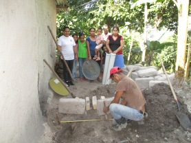 _el-cablotal-women-learn-to-build-a-wood-conserving-stove-from-their-neighbor-anibal-rios